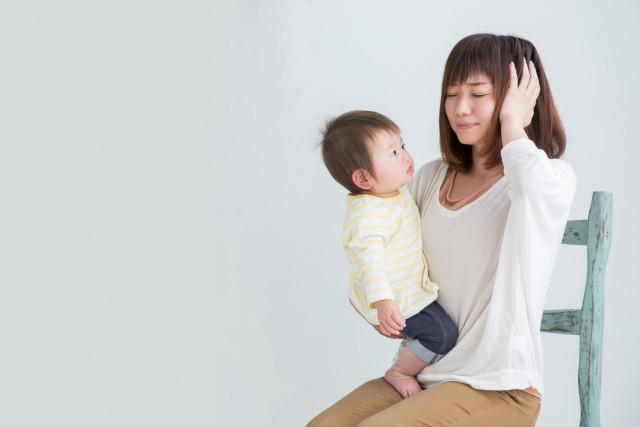 産後の不調に悩む女性