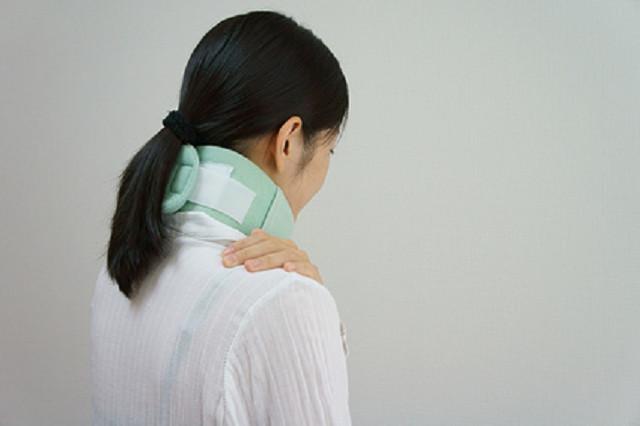 首周辺の神経がダメージを受けると不快な症状が発生します