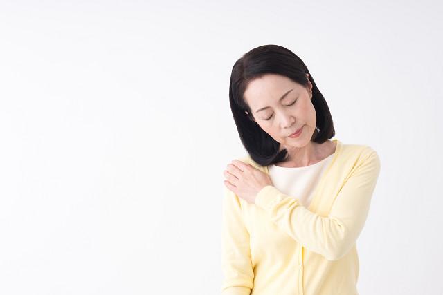 五十肩の症状に悩む女性
