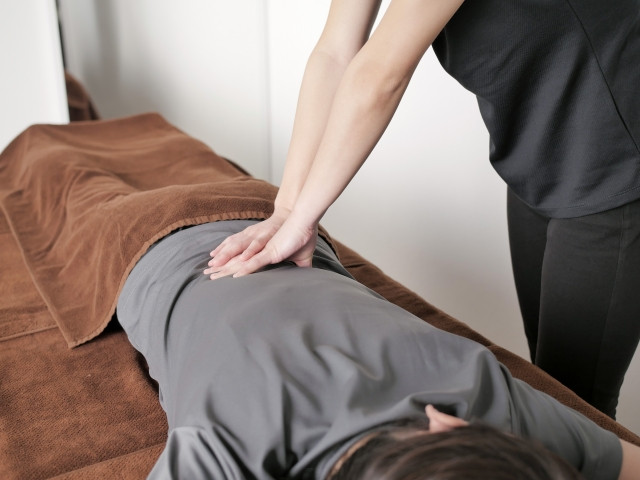 全身の反応チェックを行い痛みの原因から改善する施術です