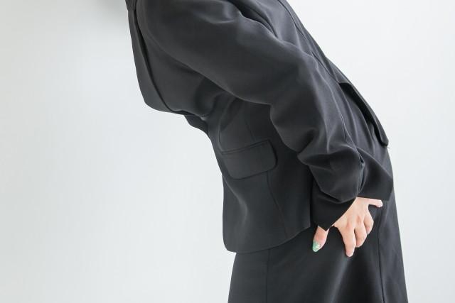 姿勢の悪さや腰への負担も原因になります